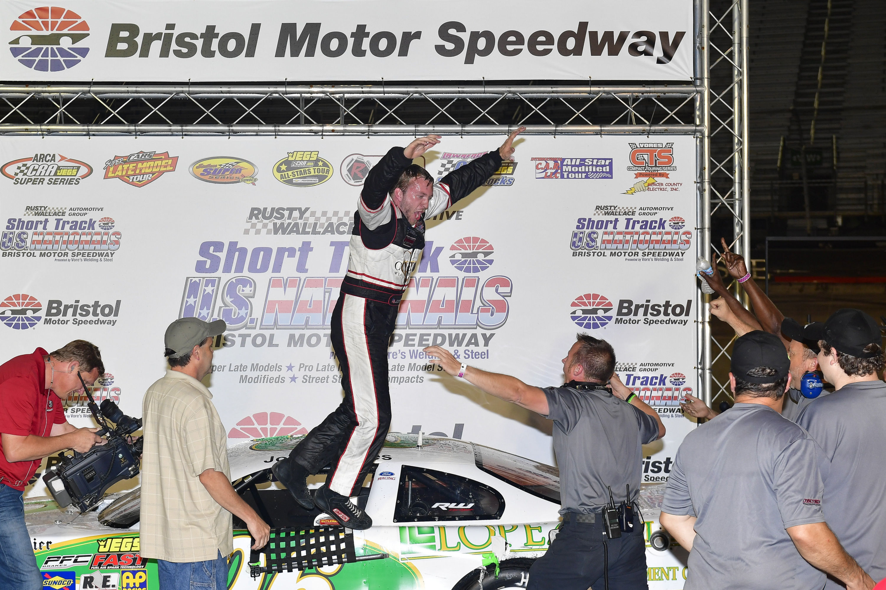 Local favorite Josh Reeves claims Pro Late Model victory Friday at